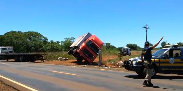 Caminhão tomba na BR285 em São Borja