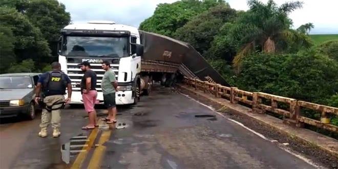 Motoristas param para tirar fotos e provocam novo acidente