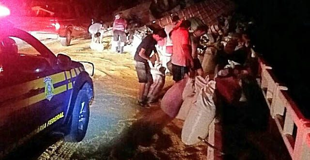 Caminhão tombado em Jaguari teve carga saqueada