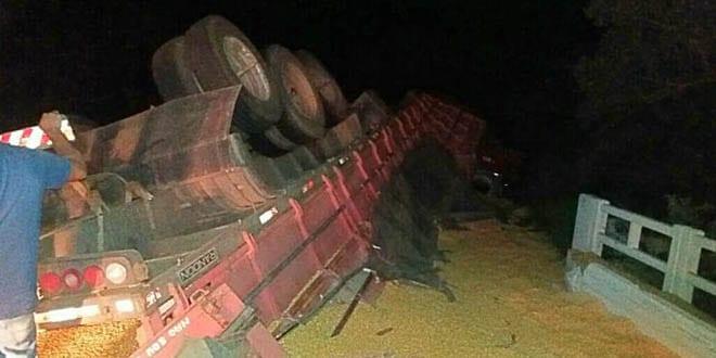 Caminhão carregado com milho tomba na BR-287 em Jaguari
